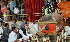 Sonia Gandhi and Manmohan Singh at Sathya Sai Baba's Funeral